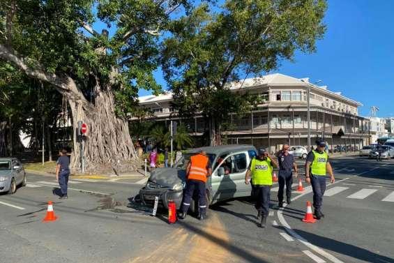 Un accident de la route en centre-ville, circulation perturbée