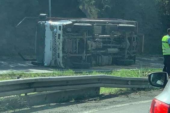 Un camion se renverse à Dumbéa et provoque quelques ralentissements