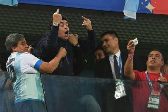 Argentine-Nigeria: Maradona entre danse, doigts d'honneur et malaise