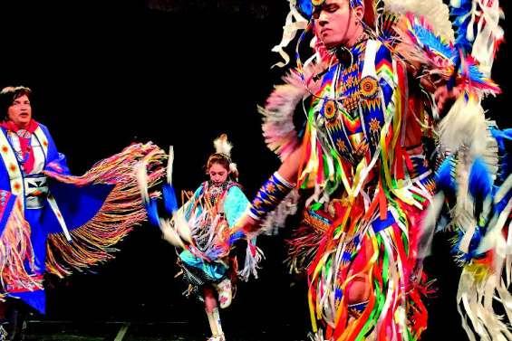Quand les traditions s'effacent, des Amérindiens dansent contre l'oubli