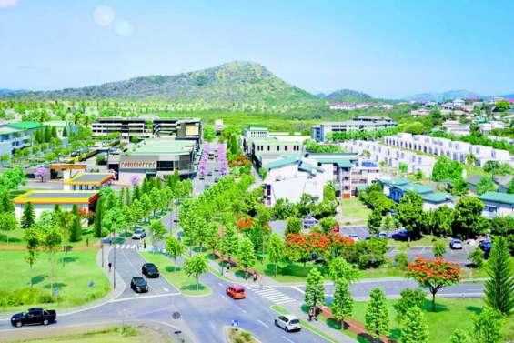 Le centre-ville d'Apogoti se profile
