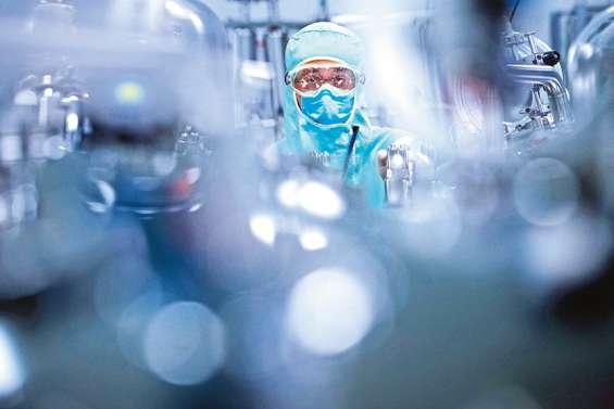 Virus : économies en berne et bataille des vaccins