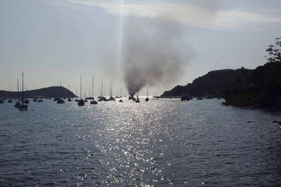Un bateau en feu en baie de l'Oprhelinat
