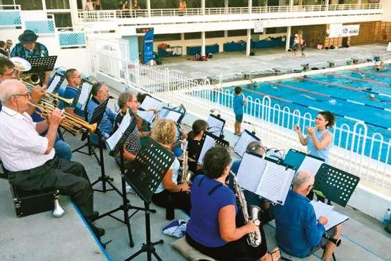 Quelques brasses en musique à la piscine du Ouen Toro