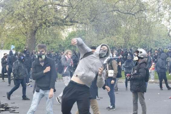 Loi travail: un policier grièvement blessé, 15.000 manifestants à Paris, selon la police