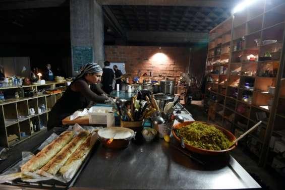 Sous le périph' parisien, un restaurant-squat contre le gaspillage alimentaire