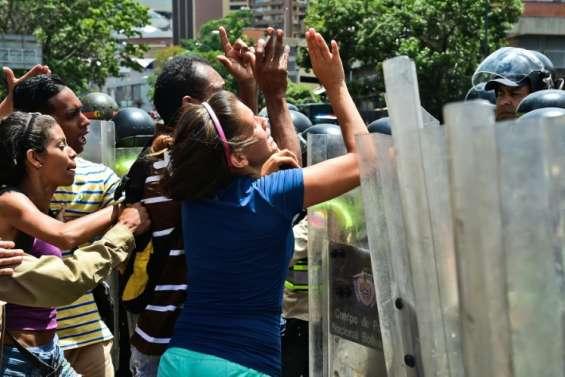 Venezuela: entre heurts et pillages, le référendum anti-Maduro fait son chemin