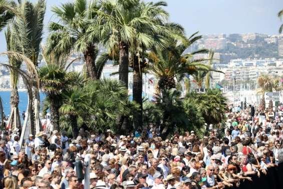 Valls hué à son départ de la Promenade des Anglais