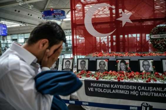 L'aéroport d'Istanbul, entre voyageurs curieux et Turcs désabusés