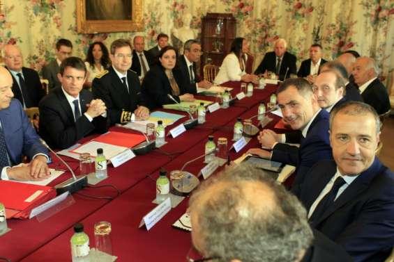 Valls: co-officialité du corse et statut de résident,