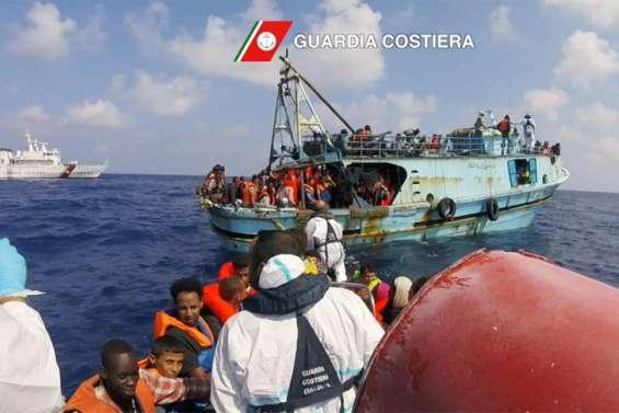 Migrants: nouveaux secours après une journée record en Méditerranée