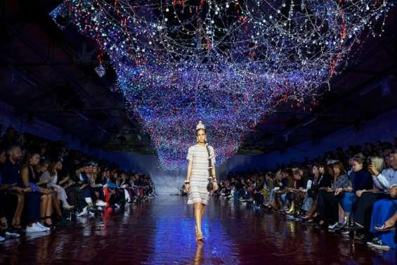 Volants, rayures et ventes instantanées: la Fashion Week de Londres en un coup d'oeil