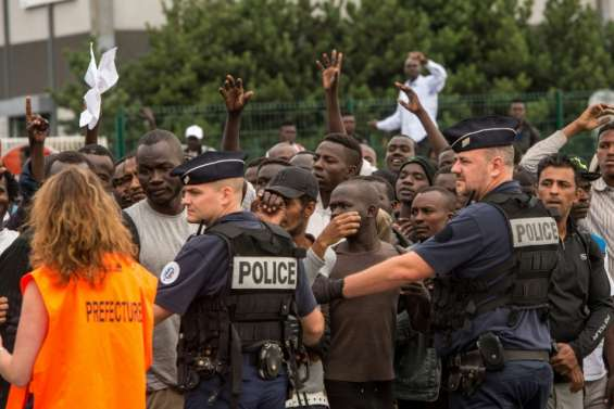 Migrants: à Calais, la déchirante sélection pour partir vers les centres d'accueil