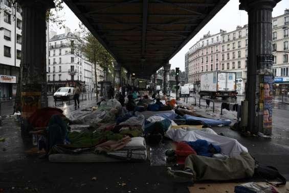 A Paris, un campement de migrants qui grossit dans le fracas du métro