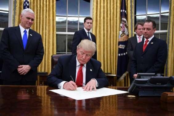Donald Trump s'installe à la Maison Blanche et signe son premier décret