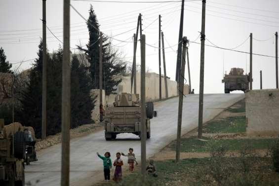 Syrie: des dizaines de milliers de civils fuient les raids aériens