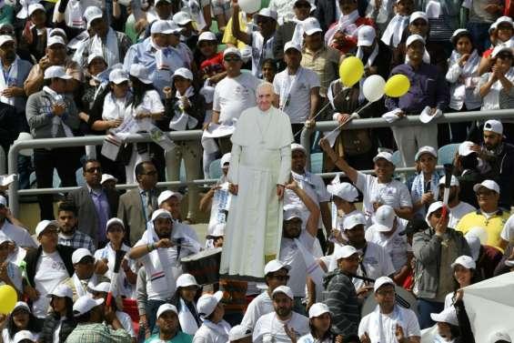 Dans un stade du Caire, le pape