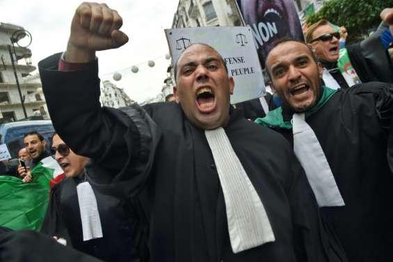 Les avocats dans la rue à Alger pour maintenir la pression sur le pouvoir