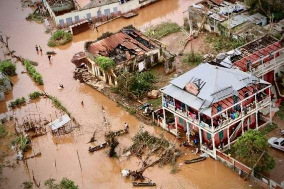 Cyclone en Afrique australe: au moins 356 morts, des milliers de personnes bloquées