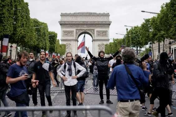 14 juillet à Paris: tensions sur les Champs-Elysées occupées par des
