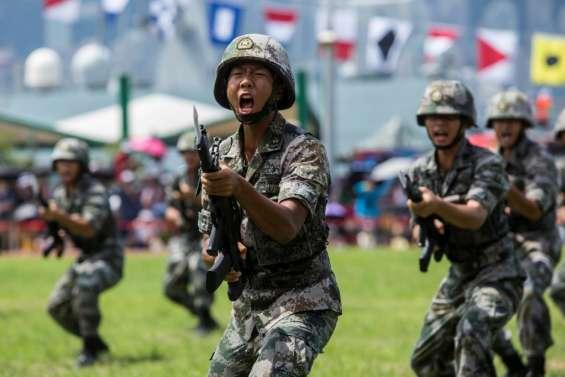 Des forces chinoises rassemblées près de Hong Kong (journaliste AFP)