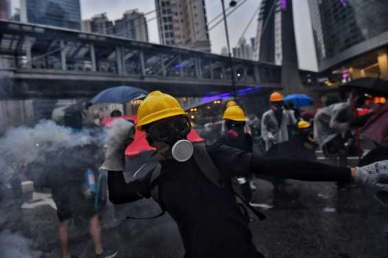Hong Kong: la police défend sa réaction face à des manifestants