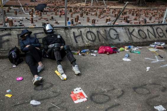 Hong Kong: la contestation continue, une ministre en visite à Londres agressée