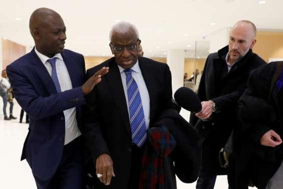 Dopage et corruption: le clan Diack jugé à Paris, demande immédiate de renvoi