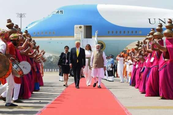 Tapis rouge pour Trump à son arrivée en Inde, sans la foule immense qu'il attendait