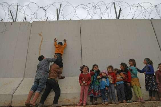 A la frontière turque, des Syriens rêvent de faire