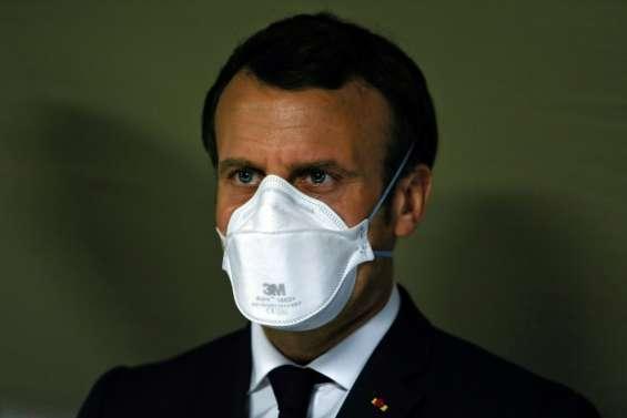 Coronavirus: Macron dans une usine de masques, dont la France manque cruellement