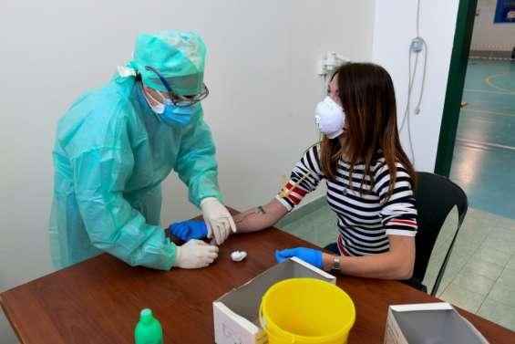 Virus: La pression baisse sur les hôpitaux, l'espoir renaît en Italie