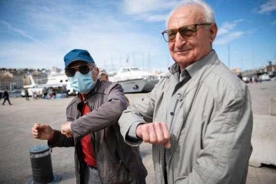 En Méditerranée, nostalgie des embrassades et nouveaux gestes après le coronavirus