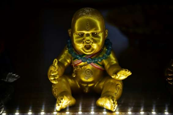 En Thaïlande, des figurines porte-bonheur contre le coronavirus