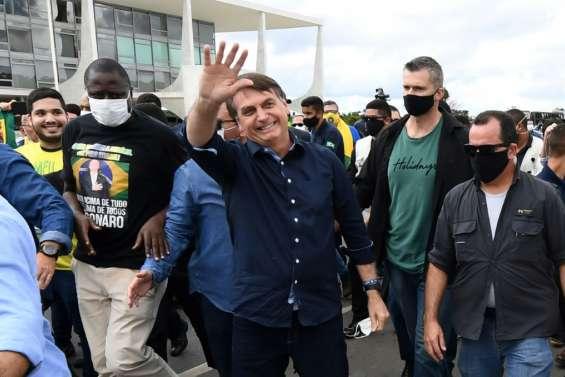 Brésil: Bolsonaro veut que le foot reprenne, malgré la pandémie