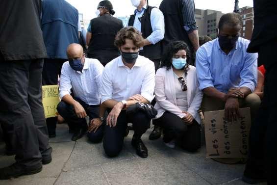 Justin Trudeau, un genou à terre avec des manifestants contre le racisme