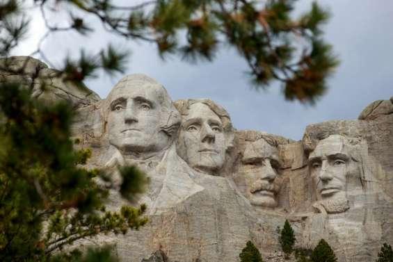 L'Amérique alarmée par le Covid-19, Trump s'envole pour le Mont Rushmore