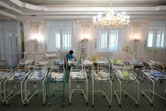 Parents éplorés, bébés bloqués à l'étranger: quand la pandémie sépare les familles des bébés nés de GPA