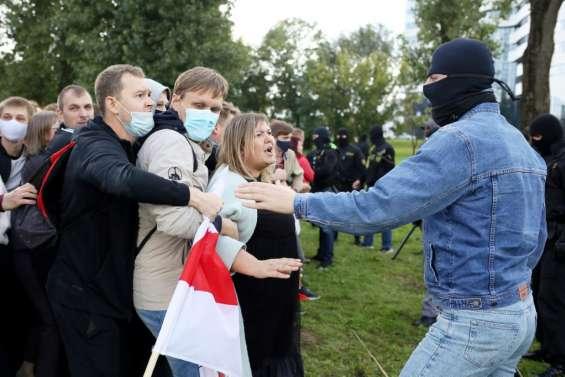 Bélarus: des dizaines de milliers de manifestants à Minsk, 250 arrestations