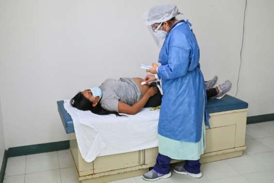 Covid-19: Nombre record de cas hebdomadaires dans le monde, mais moins de morts (OMS)