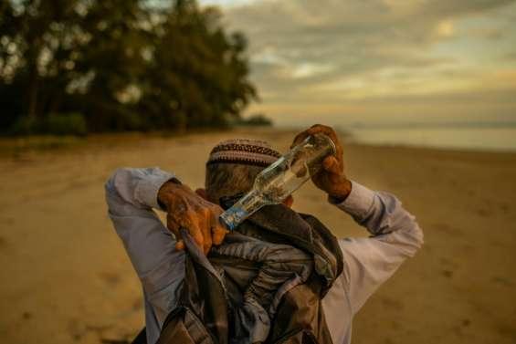 Un Malaisien en quête de bouteilles échouées depuis 15 ans