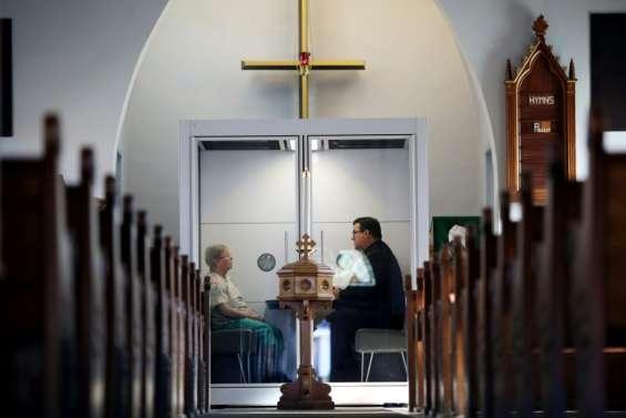 Covid-19: une cellule en verre pour protéger les fidèles d'une église au Canada