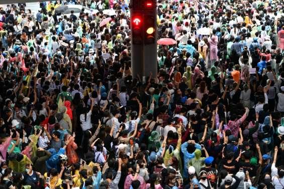 Thaïlande: des centaines de manifestants continuent de braver  les mesures d'urgence