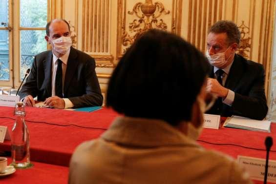 Début d'une conférence sociale à Matignon percutée par la crise