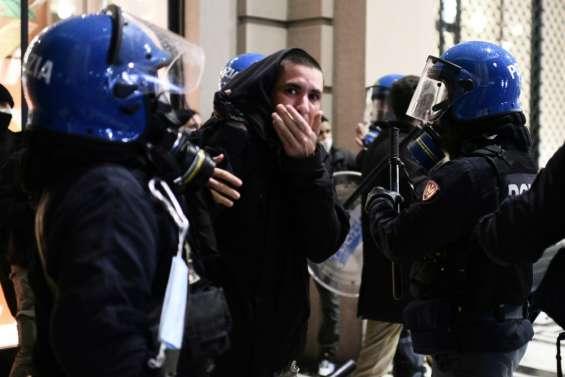 Pandémie: colère en Italie, craintes de reconfinement en France