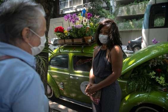 Brésil: des fleurs dans une Coccinelle pour oublier le covid-19