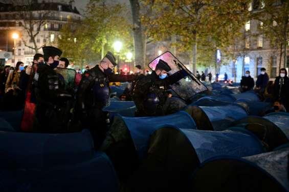 Évacuation de migrants: deux enquêtes à Paris visent des policiers pour