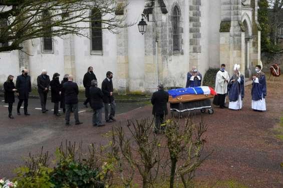 Les obsèques de Giscard d'Estaing débutent dans la stricte intimité à Authon