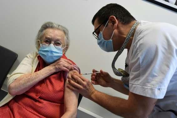 Reconfinement et vaccination: double pression sur le gouvernement