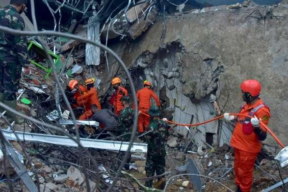Indonésie: les sauveteurs cherchent des survivants du séisme de Célèbes